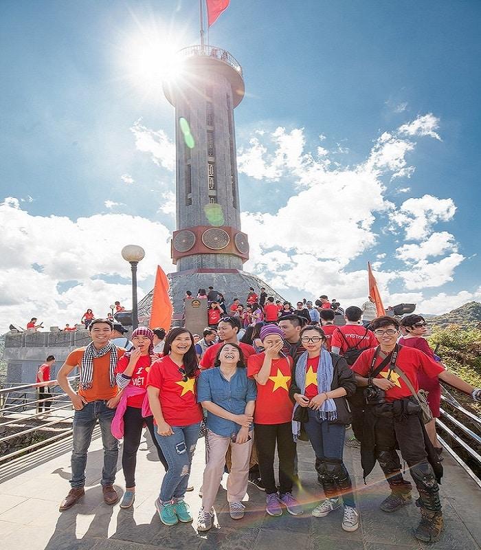 Du khách chụp ảnh check-in tại cột cờ Lũng Cú
