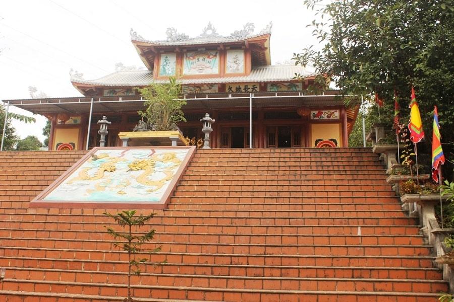 Bậc thang để bước lên đền Đôi Cô - Cầu Má