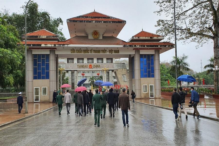 Du khách di chuyển đi bộ qua Cửa Khẩu Thanh Thủy