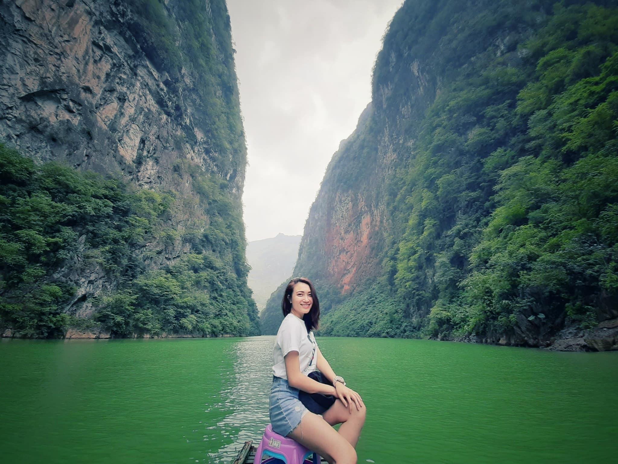 Du khách thích thú check-in sông Nho Quế