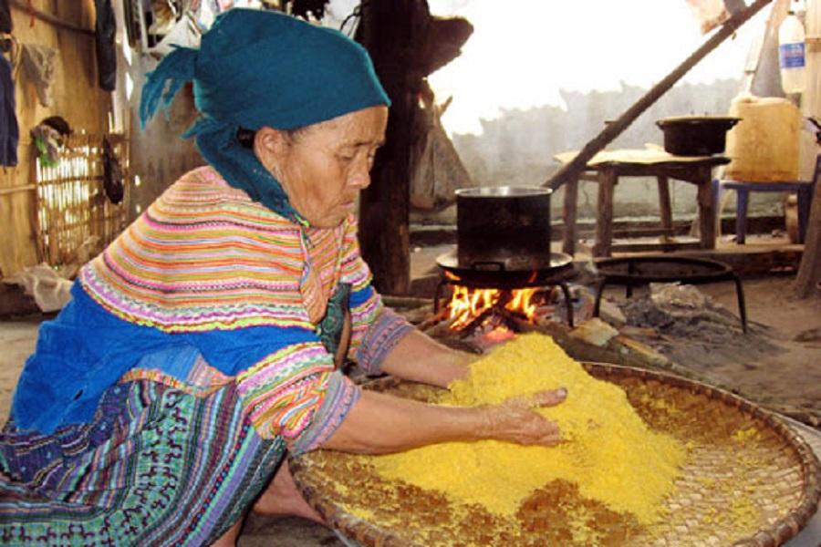 Bột ngô sau khi xay xong được trộn với tỷ lệ nước phù hợp