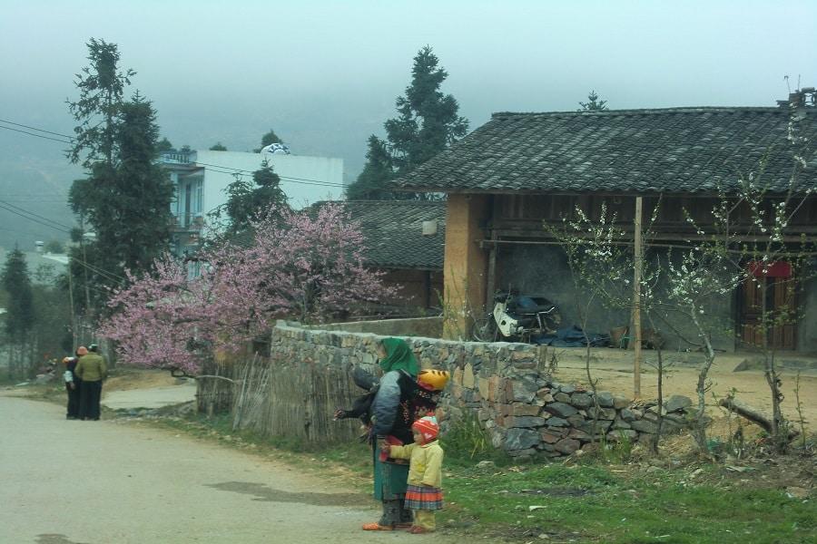 Những người dân bản tại trấn cổ Phó Bảng