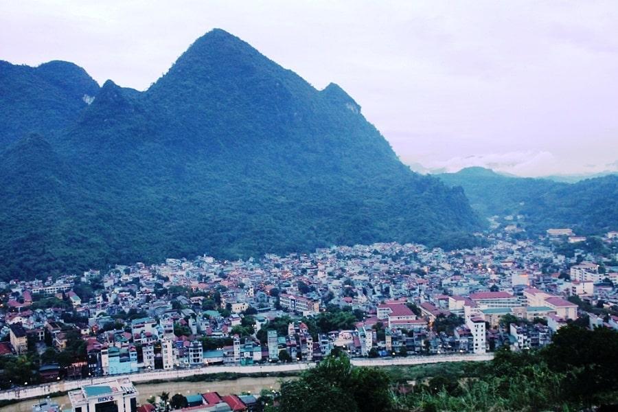 Toàn cảnh thành phố Hà Giang dưới chân núi Cấm