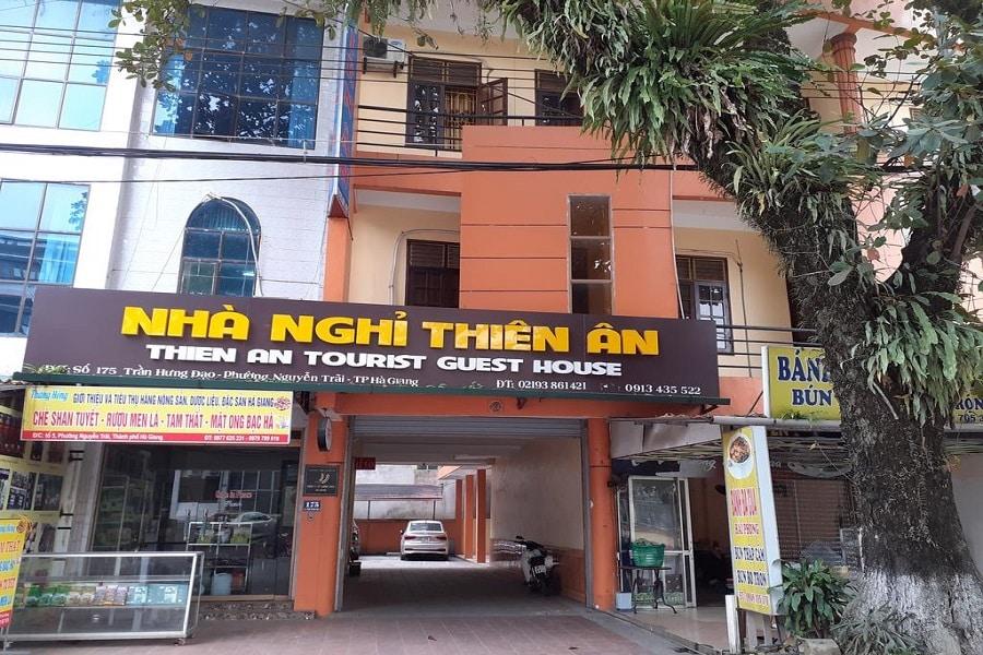 Phía ngoài của khách sạn Thiên Ân
