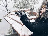 Du khách chụp ảnh với tuyết rơi