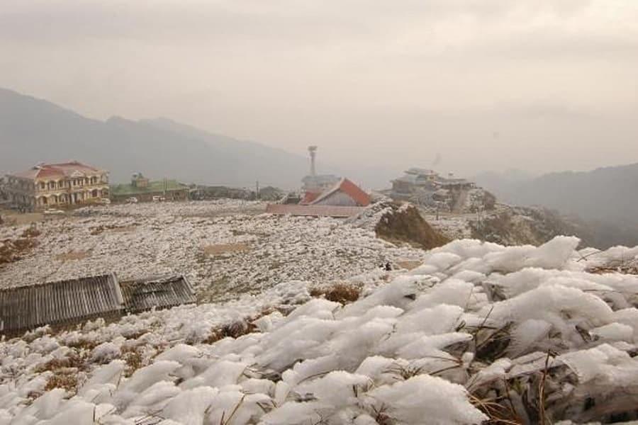 Tuyết rơi trắng xóa bao phủ cả không gian