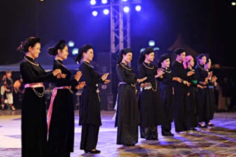 Các chàng trai, cô gái tham gia múa hát trong hội