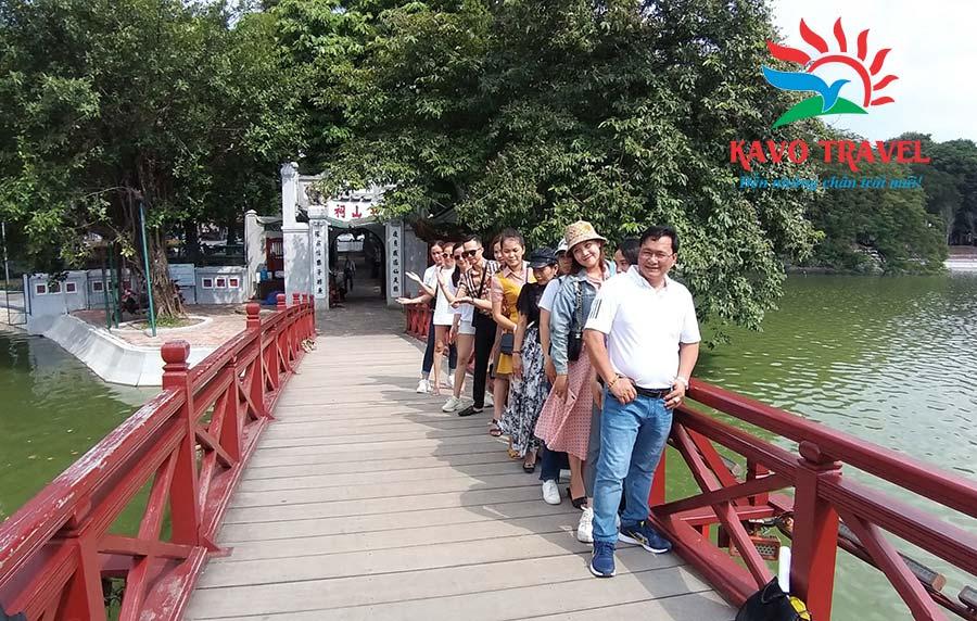 Du khách check-in tại Cầu Thê Húc dịu dàng và đằm thắm giữa mênh mông sóng nước xanh như mực của hồ Gươm