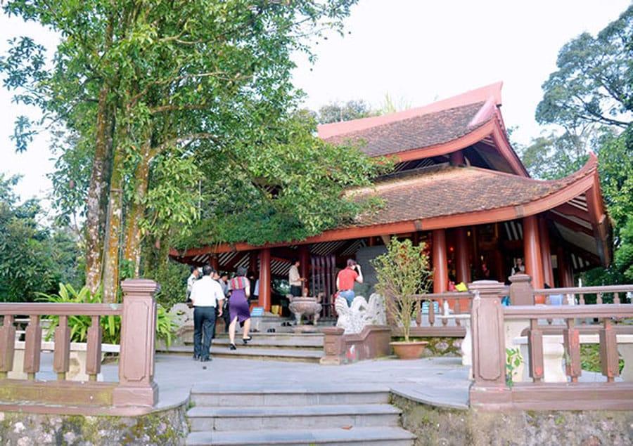 Du khách dâng hương tại đền thờ Chủ tịch Hồ Chí Minh