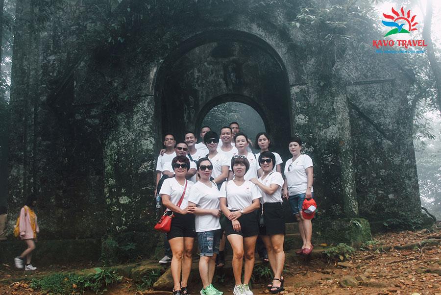 Đoàn chụp ảnh trước nhà thờ cổ