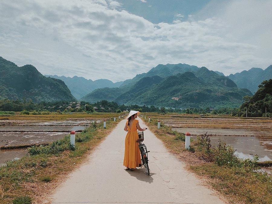 Du khách thích thú thăm quan thung lũng Mai Châu