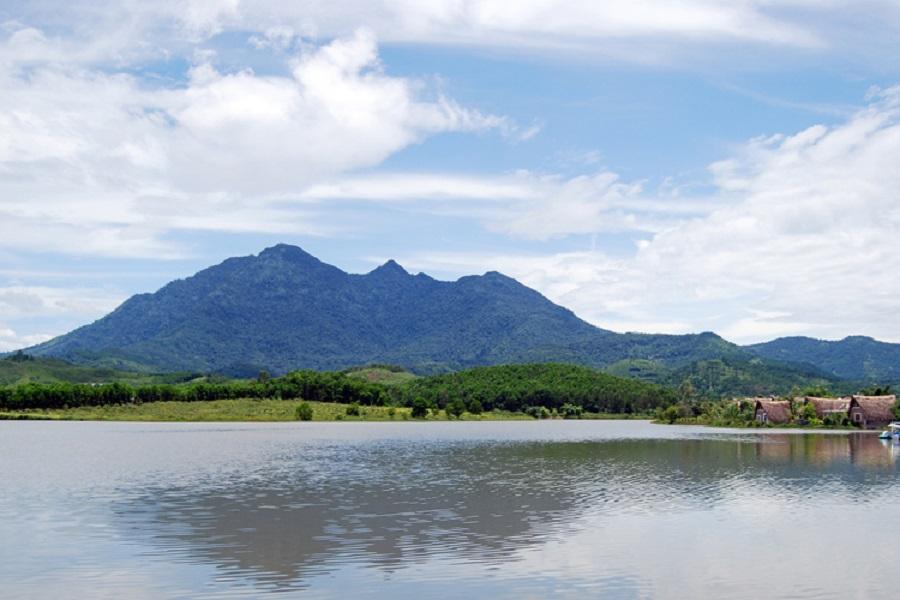 Núi Ba Vì nhìn từ xa