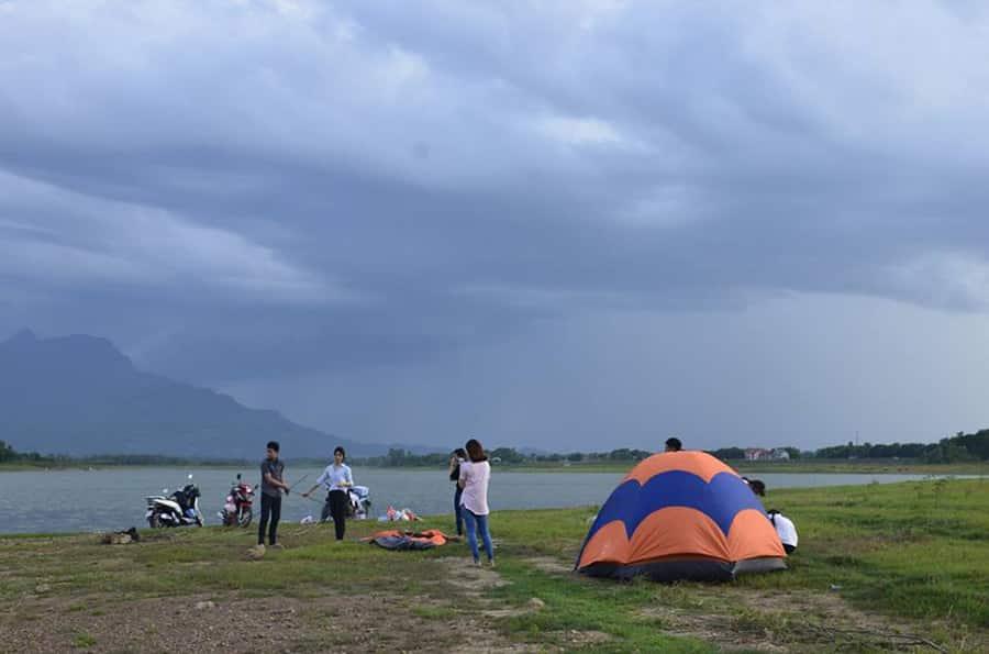 Cắm trại là một trong những hoạt động thú vị khi vui chơi, giải trí ở hồ Suối Hai