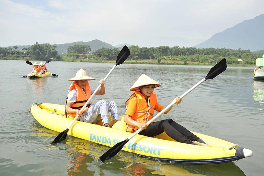 Hoạt động chèo thuyền thú vị được nhiều du khách yêu thích