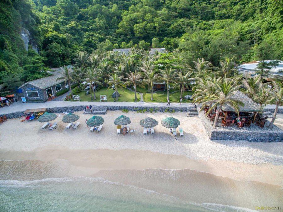 Bãi cát trắng trải dài cùng làn nước trong xanh ở đảo Cát Bà