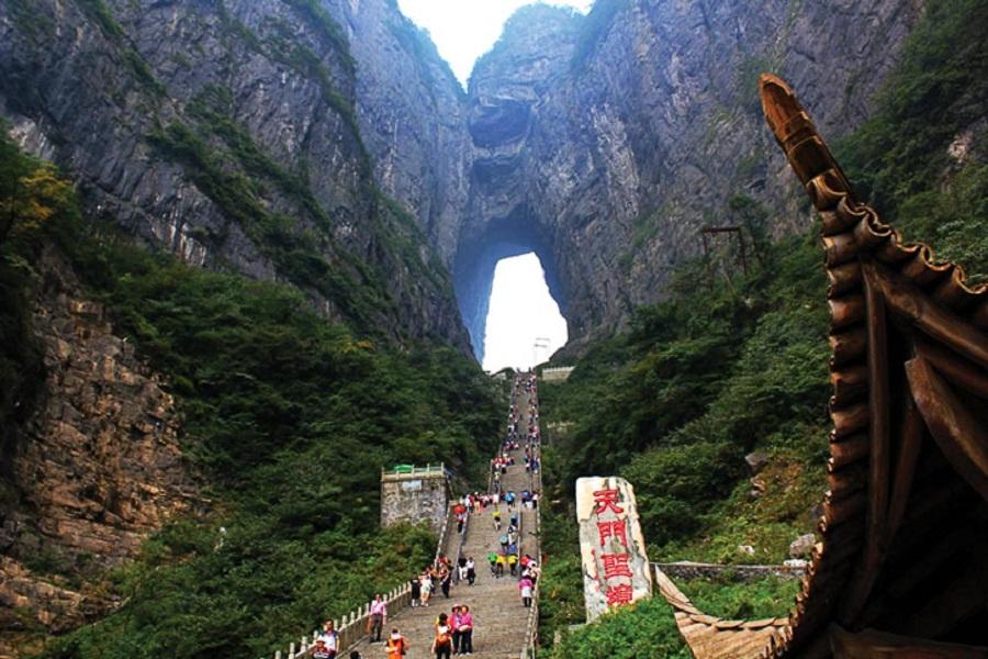 Đến Thiên Môn Sơn chạm tới Cổng Trời ở Trương Gia Giới.