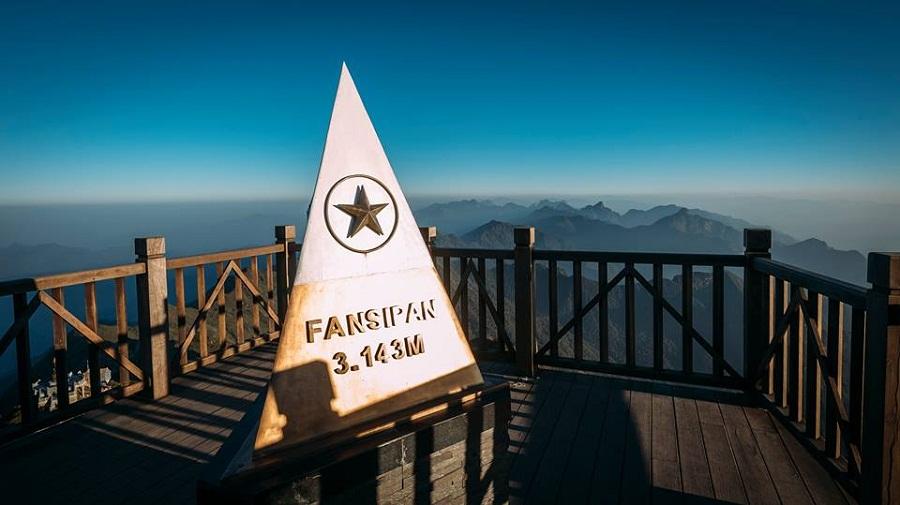 Đỉnh Fansipan được mênh danh là nóc nhà Đông Dương.