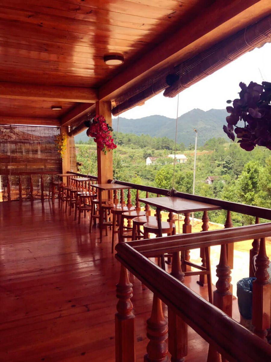 Ban công hướng ra phía núi để ngắm cảnh và uống trà