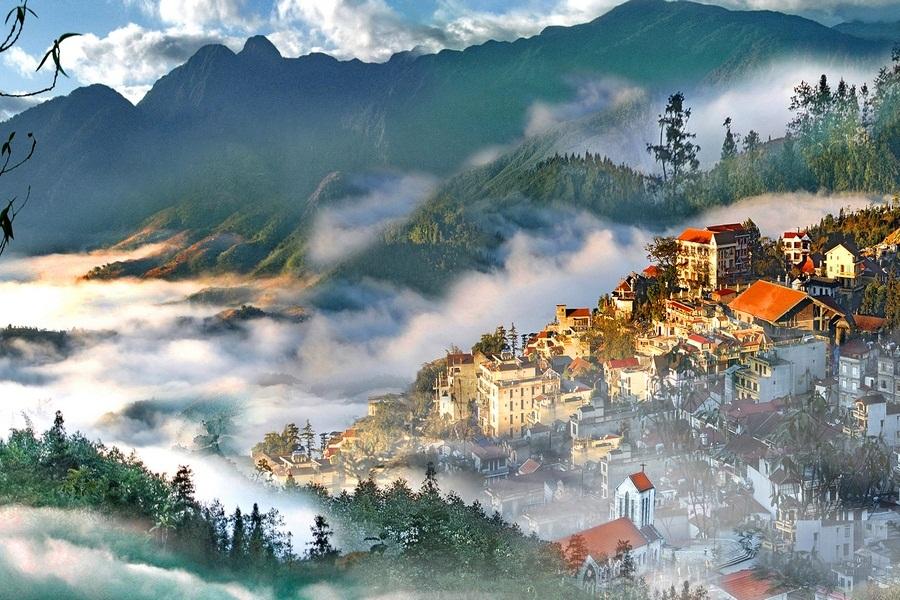 Thành phố Sapa ẩn hiện trong sương sớm.