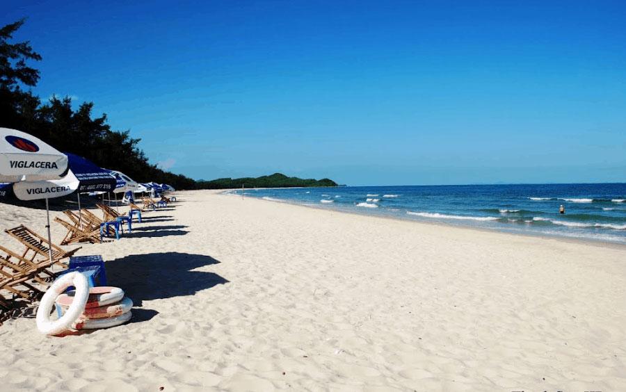 Bãi biển Quan Lạn với bờ cát trắng trải dài