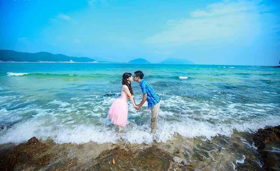 Các cặp đôi chọn bãi biển Minh Châu là địa chỉ chụp ảnh cưới