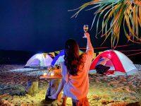 Du khách cắm trại trên biển