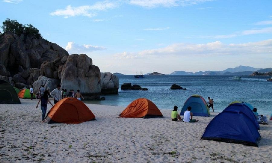 Cắm trại trên những bãi biển hoang sơ ở Cát Bà cùng bạn bè.