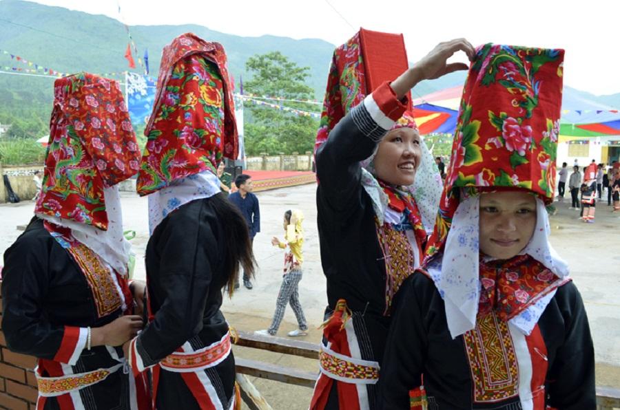 """Chị em sửa soạn trang phục tham gia lễ hội """"kiêng gió"""" ở Bình Liêu"""
