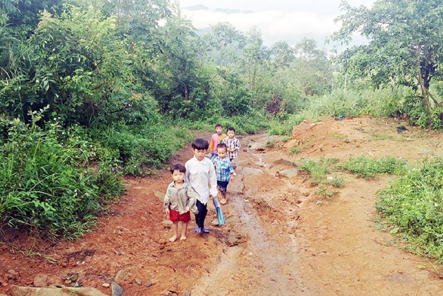 Con đường tới trường của các em nhỏ