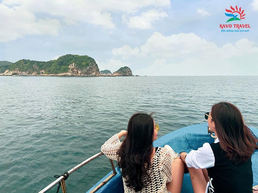 Trên đường di chuyển ra hòn 7 sao du khách thỏa sức ngắm cảnh biển bao la, những ngọn núi trùng điệp