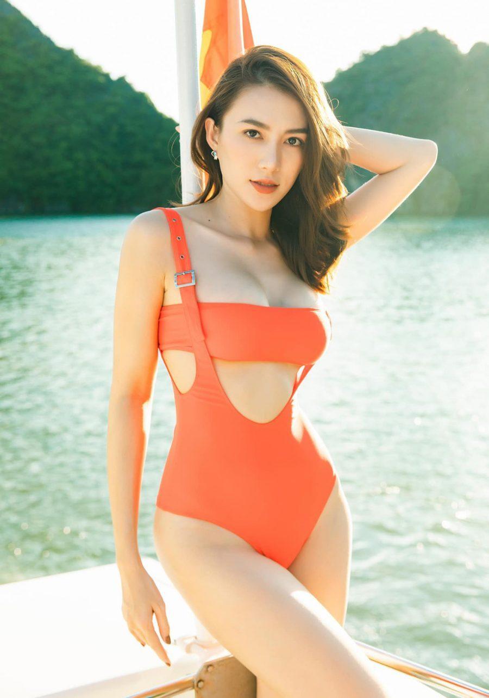 Diện bikini trên biển Hạ Long