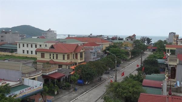 Nhà khách huyện uỷ Cô Tô được xây dựng và toạ lạc trên trục đường chính của khu 3, thị trấn Cô Tô