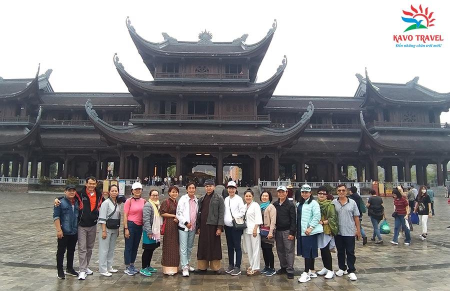 Đoàn khách Hồ Chí Minh du lịch Chùa Tam Chúc