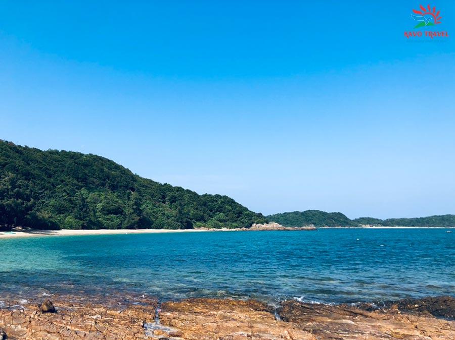 Nước biển trong xanh màu ngọc bích