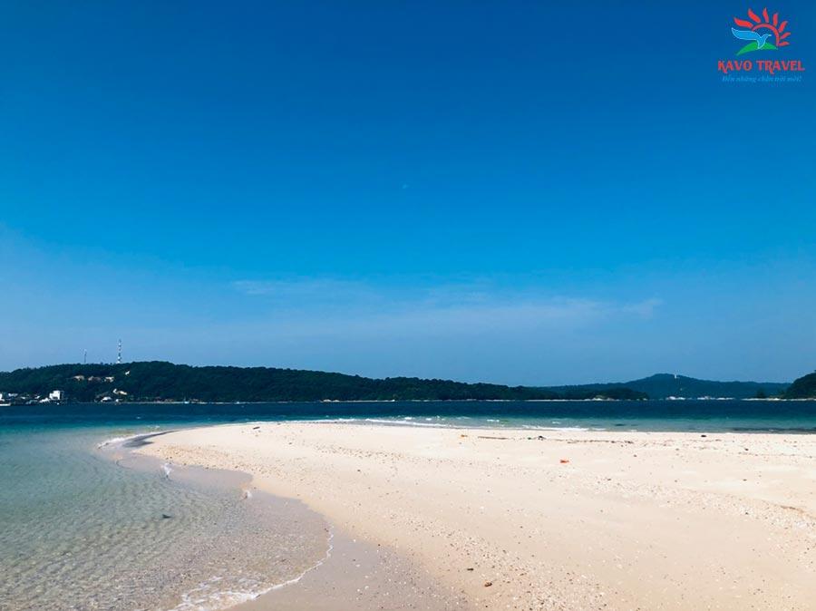 Bờ biển đẹp với bãi cát trắng trải dài và nước biển trong xanh