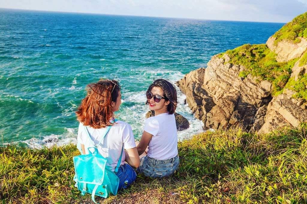 Du khách check-in tại bãi biển Cô Tô