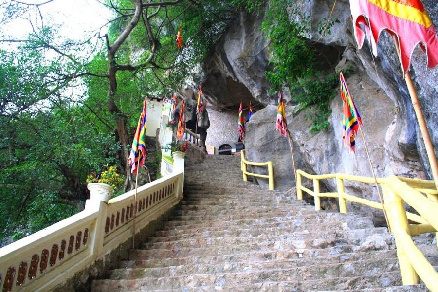 Lối vào chùa Tiên