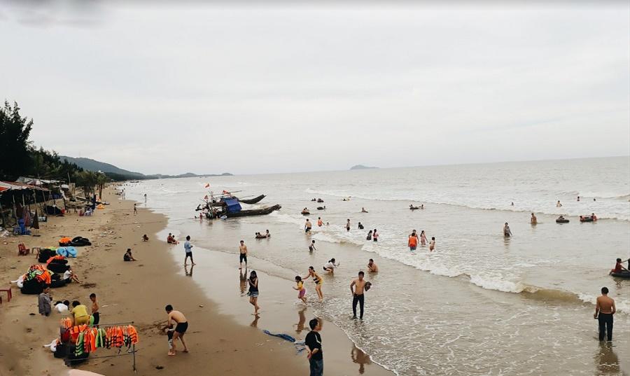 Tắm biển Hải Tiến