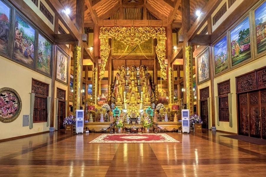 Toà chánh điện tại chùa Ba Vàng