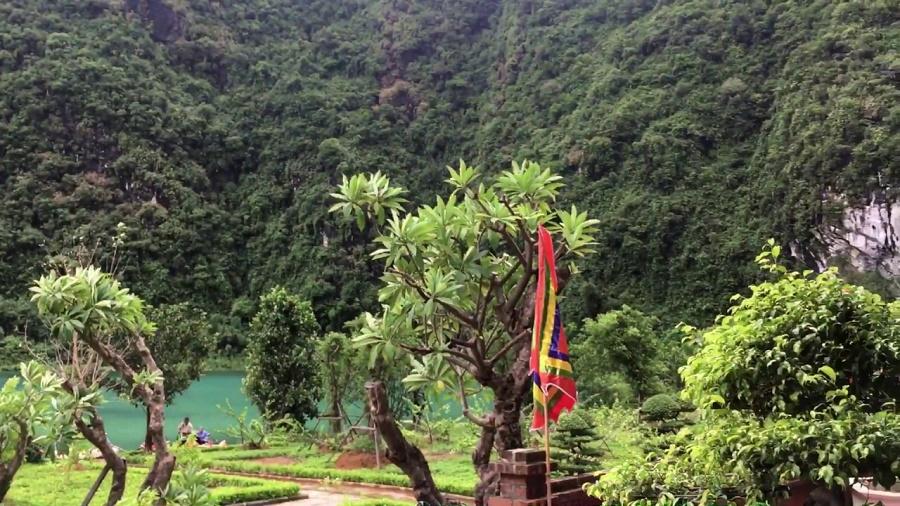 Trước cửa đền Cao Sơn