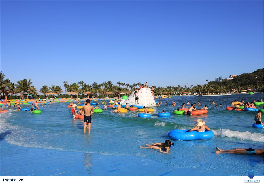 Bể bơi Hòn Dấu Resort với những khu vực trò chơi dưới nước mang đến những giây phút vui vẻ cho du khách tham quan.