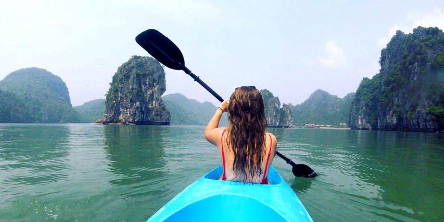 Vừa chèo thuyền kayak vừa ngắm cảnh ở Cát Bà