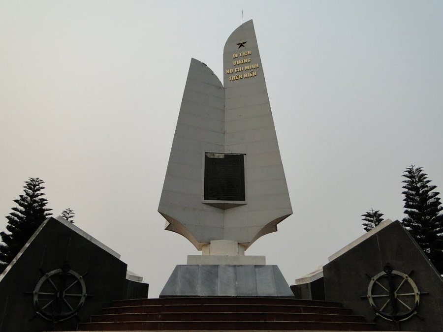 Di tích lịch sử bến tàu không số nằm bên bờ biển Đồ Sơn
