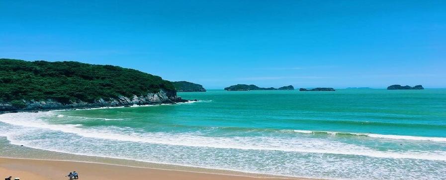 Đồ Sơn là một bán đảo nhỏ được cấu thành từ dãy núi Rồng vươn dài ra biển khoảng 5 cây số với hàng chục mỏm đồi cao thấp.