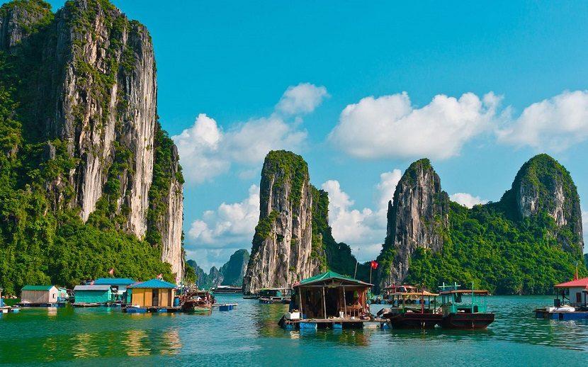 Vịnh Hạ Long là một trong những thắng cảnh của Việt Nam