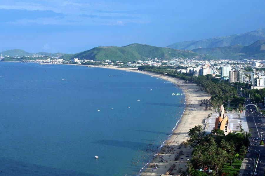 Biển Nha Trang với bờ cát trắng trải dài, thoải thoải về nơi xa