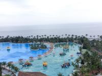 Hệ thống hồ bơi liên hoàn tạo sóng với view nhìn thẳng ra biển tuyệt đẹp.