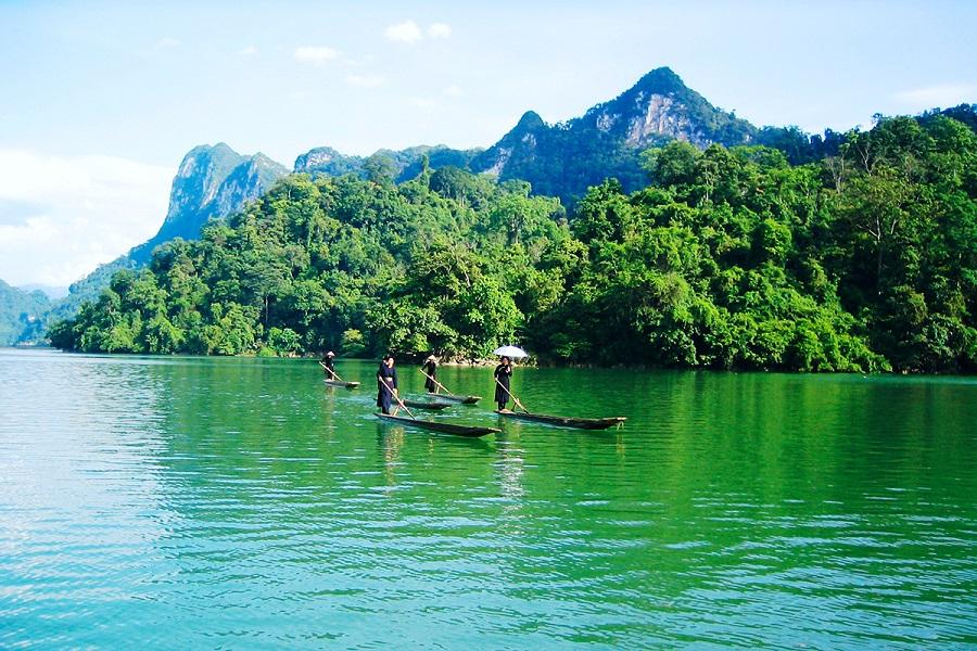 Trải nghiệm chèo thuyền trên mặt hồ Ba Bể