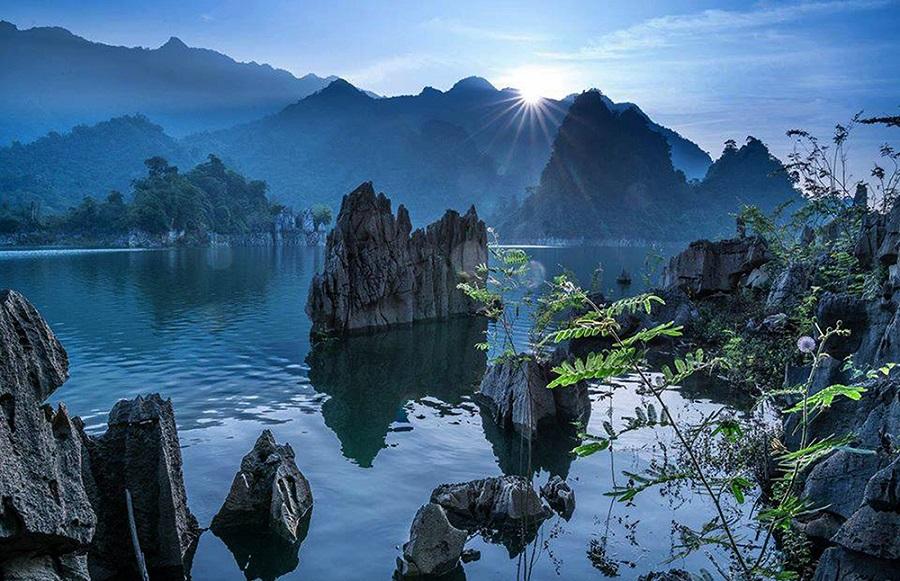 Hồ sinh thái Na Hang thơ mộng trong làn sương sớm