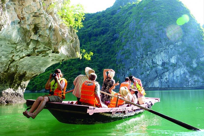 Chèo thuyền trên vịnh Hạ Long
